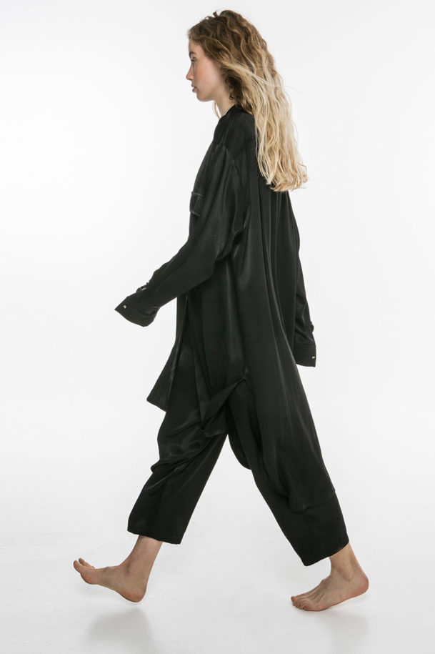 Black pants with pockets on the side with pockets